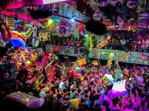 Lernen Sie die Geheimnisse einer Party auf Ibiza mit einer Begleitung