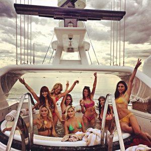 chicas en bikini yate